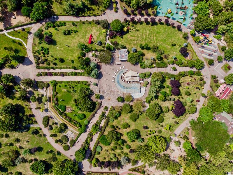 Den flyg- surrsikten av den Kadikoy Goztepe frihetsträdgården parkerar i Istanbul/Ozgurluk Parki royaltyfria bilder