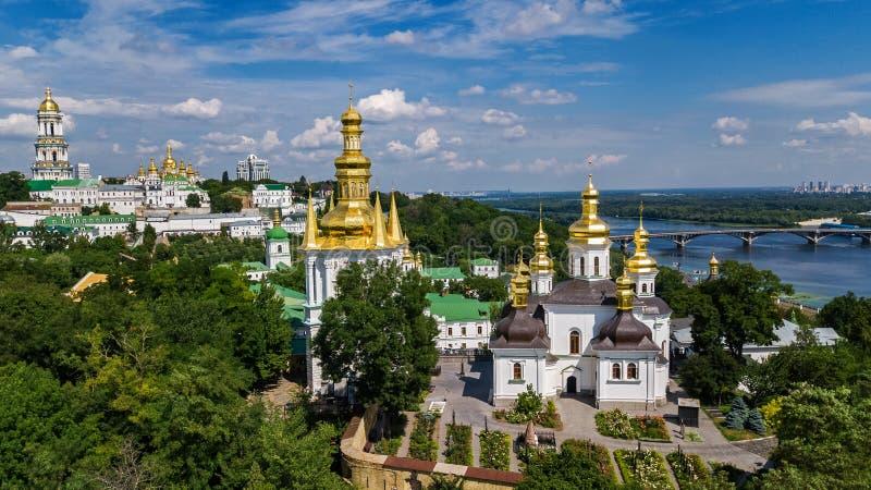 Den flyg- surrsikten av Kiev Pechersk Lavra kyrktar på kullar från ovannämnt, cityscape av den Kyiv staden, Ukraina arkivbilder