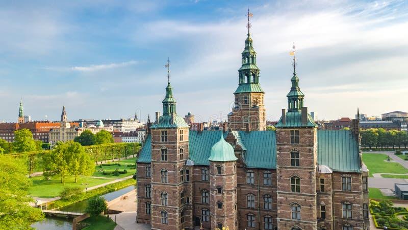Den flyg- surrsikten av den Rosenborg springaslotten och den härliga trädgården från ovannämnt, Kongens har parkerar, Köpenhamnen royaltyfri bild