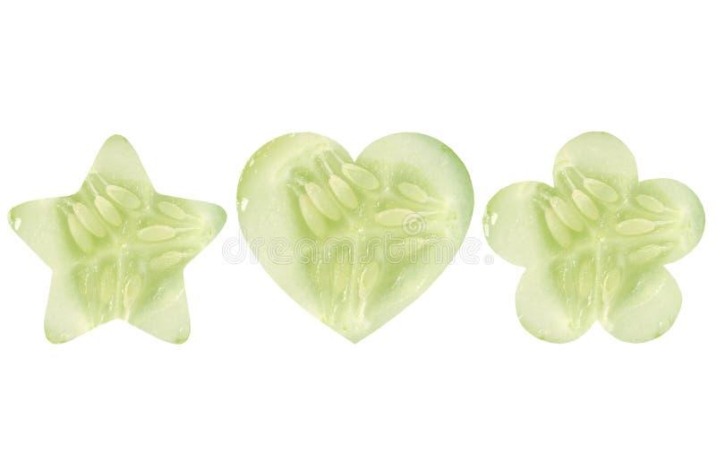 Den formade stjärnan, hjärta formade, och blomman formade halvor av gurkan royaltyfri foto