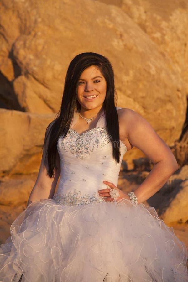 Den formella kvinnan vaggar tätt leende fotografering för bildbyråer