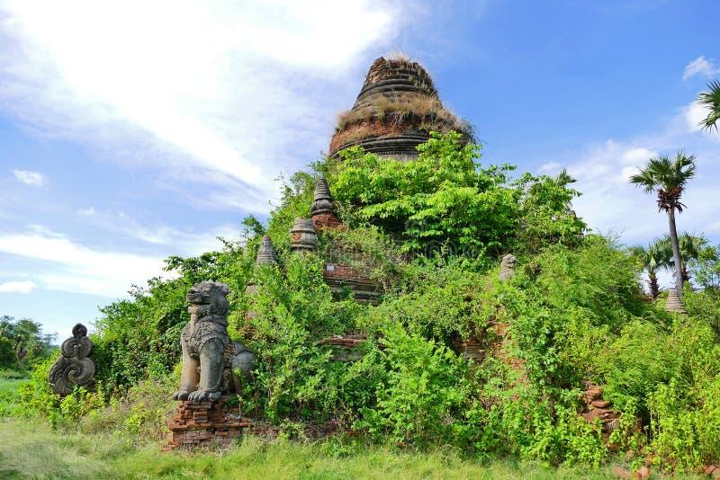 Den forntida buddistiska pagoden fördärvar i Inwa, Myanmar fotografering för bildbyråer