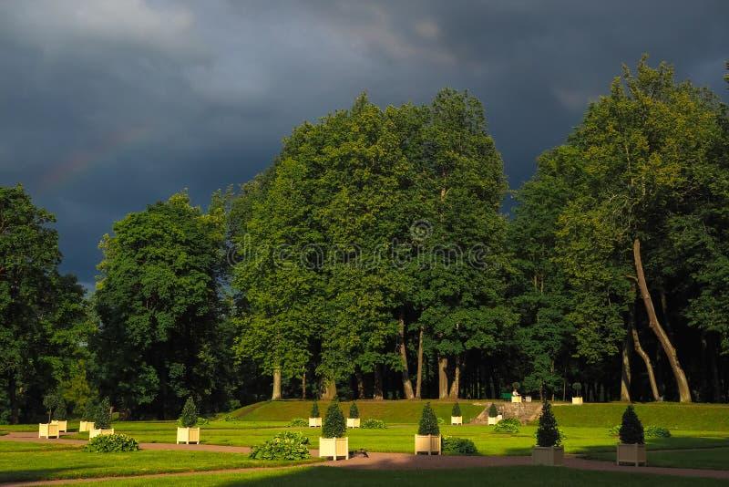 Den forntida europén parkerar för sommarstormen mörk skystorm arkivfoto