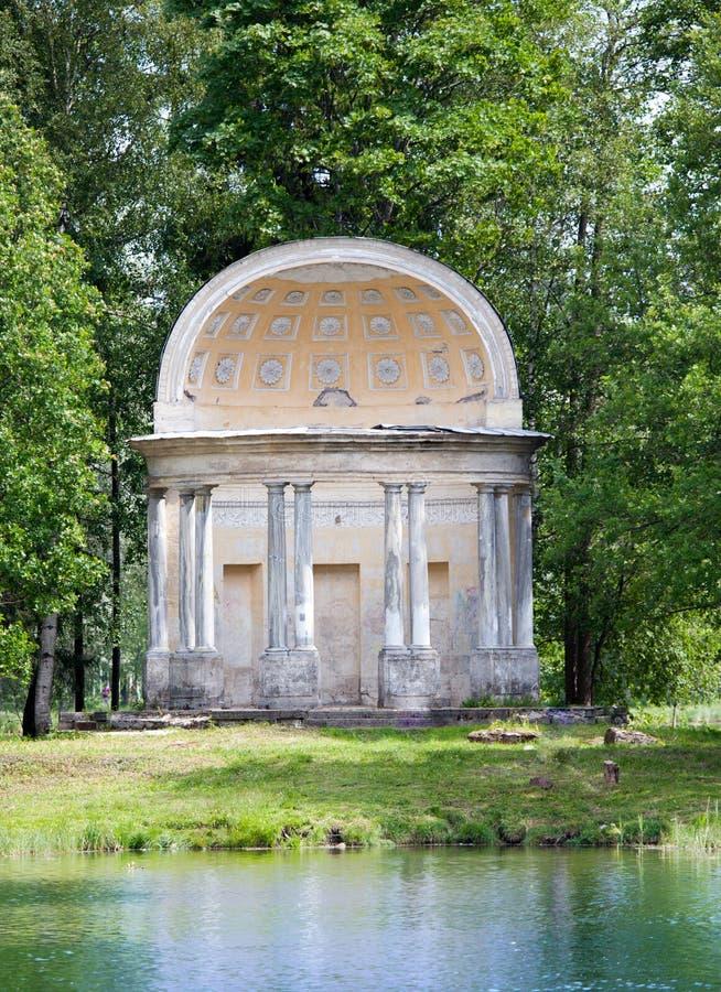 Den forntida förstörda axeln i park- den Eagle paviljongen Ryssland St Petersburg Gatchina royaltyfria foton