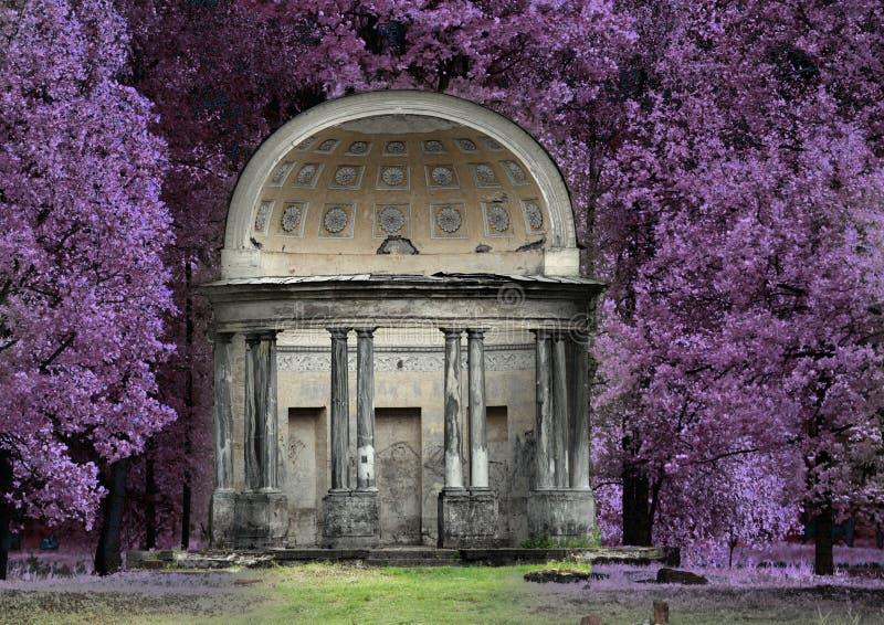 Den forntida förstörda axeln i park- den Eagle paviljongen Ryssland St Petersburg Gatchina Infrarött foto royaltyfri bild