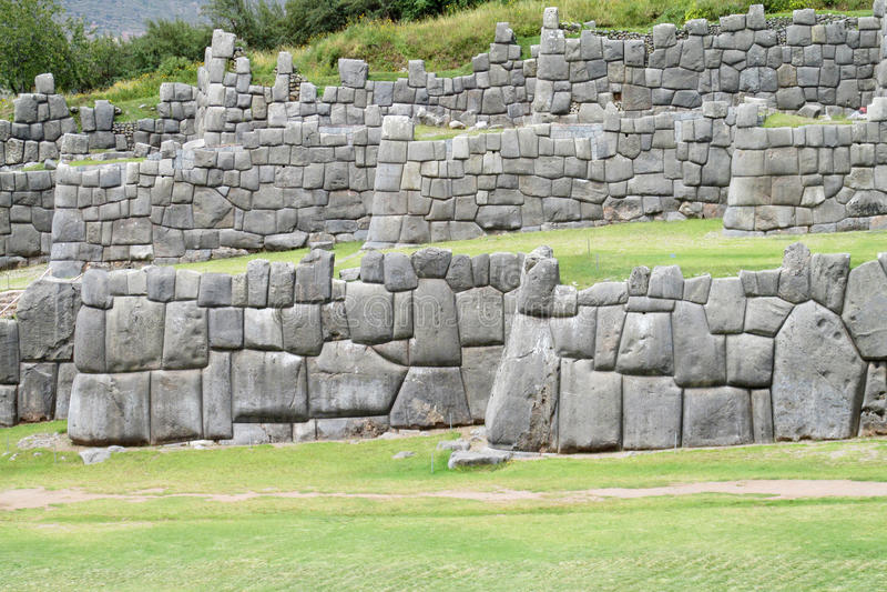 Den forntida incaen fördärvar av Sacsayhuaman nära Cusco, Peru arkivbilder