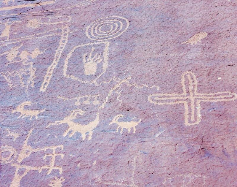 Den forntida indiern vaggar konst som kallas också Petroglyphs royaltyfri foto