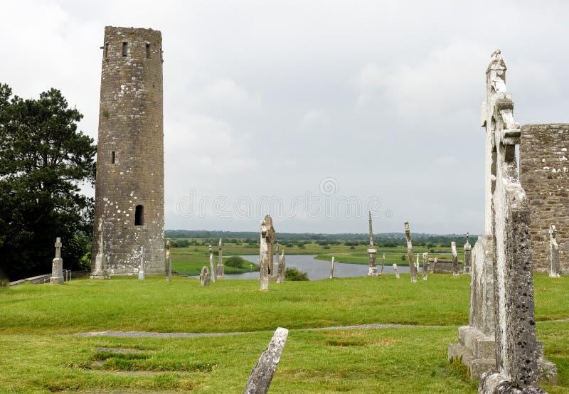 Den forntida kloster- staden av Clonmacnoise i Irland arkivbild