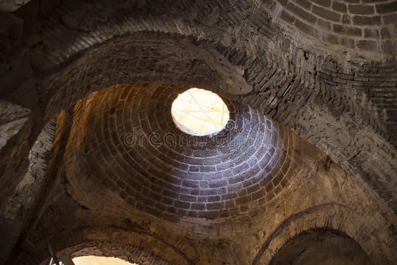 Den forntida kupolen av kyrkan med ett fönster Kyrka av St Nicholas Demre royaltyfria foton