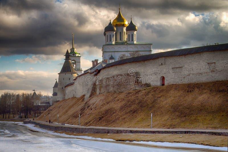 Den forntida ortodoxa domkyrkan pskov russia arkivbilder