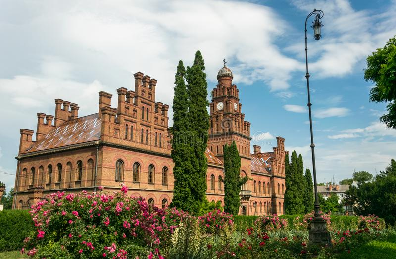Den forntida ortodoxa kyrkan och en sommarblomning arbeta i trädgården arkivbilder