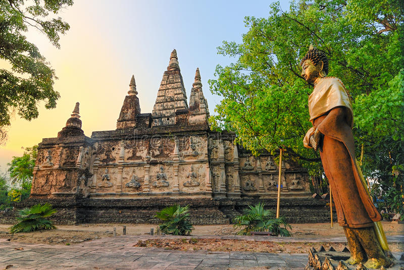 Den forntida pagoden på Wat Jet Yod är det historiskt i thailändska Chiangmai royaltyfri bild