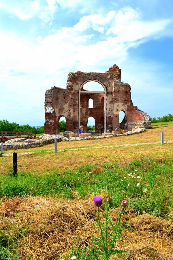 Den forntida röda kyrkan fördärvar arkivbilder