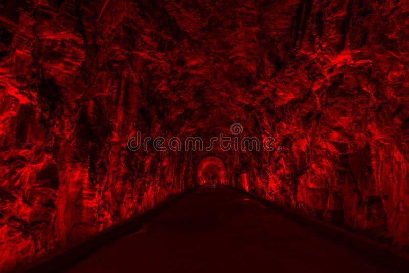 Den forntida Rarilway tunnelen som tänds i rött, Brockville, Ontario, kan royaltyfri foto