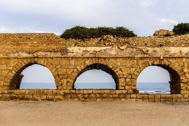 Den forntida romaren fördärvar av akvedukten i Ceasarea Israel den historiska monumentet royaltyfria bilder