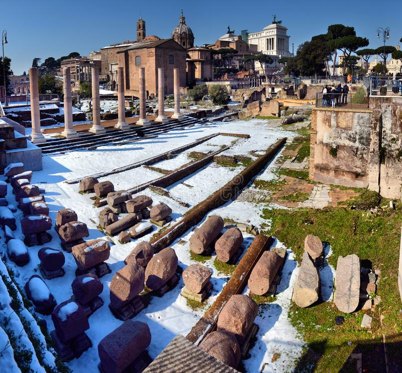 Den forntida romaren fördärvar i Rome I vinter under snön fotografering för bildbyråer