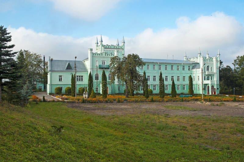 Den forntida slotten i den gotiska stilen royaltyfri fotografi