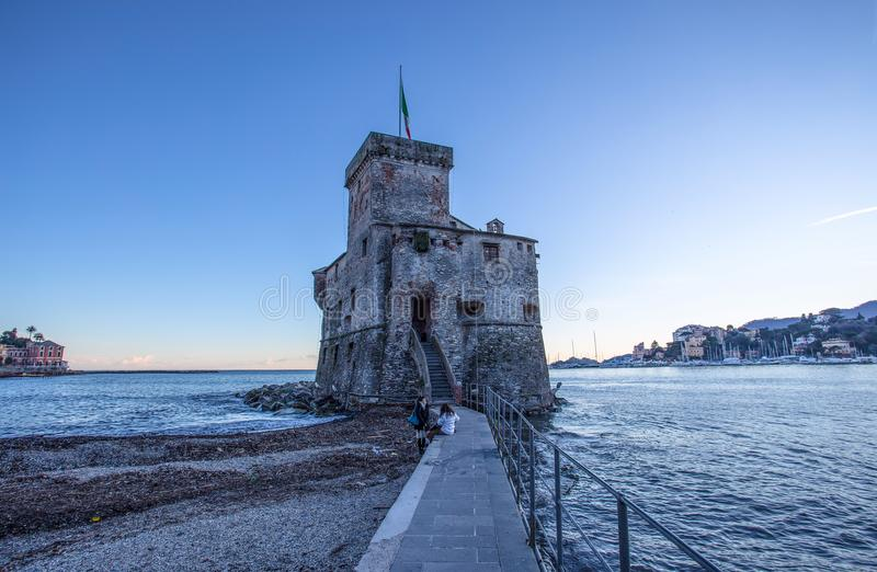 Den forntida slotten på havet, Rapallo, Genoa Genova, Italien royaltyfria bilder