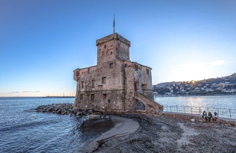 Den forntida slotten på havet, Rapallo, Genoa Genova, Italien fotografering för bildbyråer