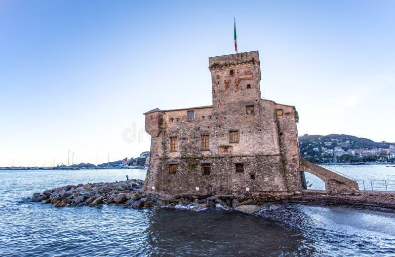 Den forntida slotten på havet, Rapallo, Genoa Genova, Italien royaltyfri fotografi