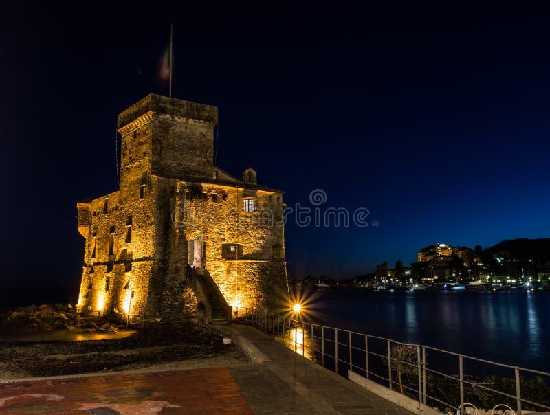 Den forntida slotten på havet vid natten, Rapallo, Genoa Genova, Italien fotografering för bildbyråer