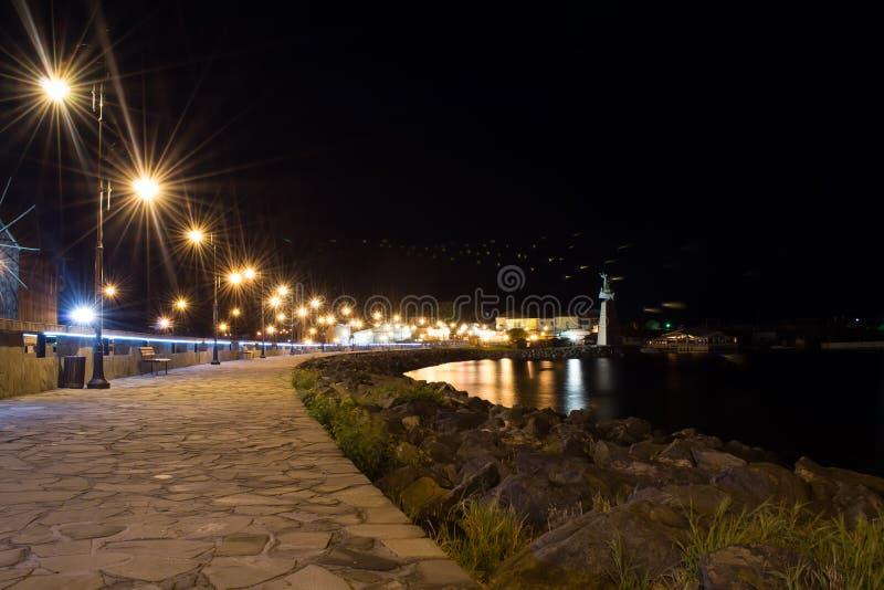 Den forntida staden av Nesebar UNESCO-skyddade färglinje nattfotografi Stena banan till stranden, stadsljus royaltyfria bilder