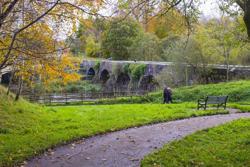 Den forntida stenen byggde bron för Shaw ` s över floden Lagan, nästan som de små maler byn av Edenderry i nordligt - Irland royaltyfri fotografi