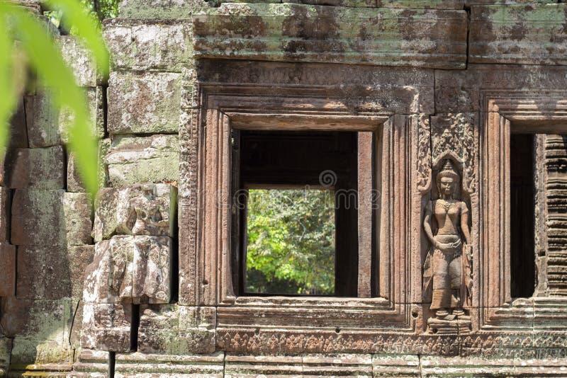 Den forntida stenen fördärvar av den Banteay Kdei templet, Angkor Wat, Cambodja Fönster för forntida tempel som gör grön skogen royaltyfria bilder