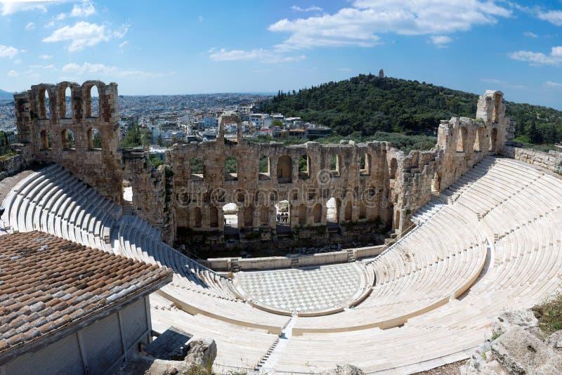Den forntida stenteatern med marmorerar moment av Odeon av den Herodes atticusen på den sydliga lutningen av akropolen fotografering för bildbyråer