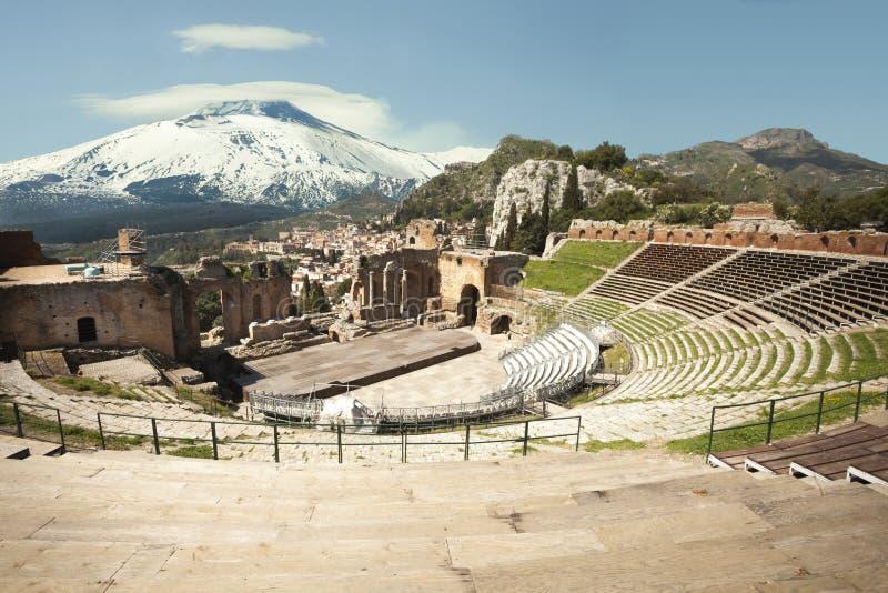 Den forntida teatern av Taormina och monteringen snöig Volcano Etna royaltyfri foto