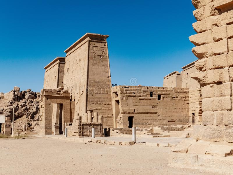 Den forntida templet av Philae nära Aswan i Egypten en av de viktigaste turist- dragningarna i Egypten royaltyfri foto