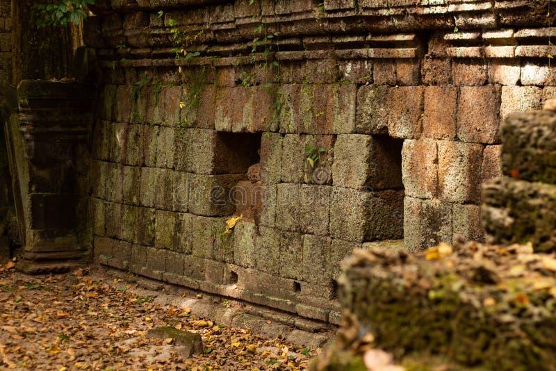 Den forntida templet fördärvar i Angkor Thom, Cambodja royaltyfria bilder
