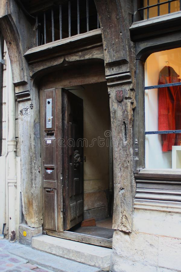 Den forntida trädörren av en gammal timmer som inramar huset i Rouen royaltyfria bilder