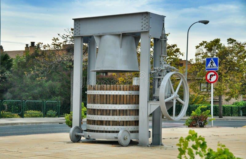 Den forntida vinpressen för monument Olite royaltyfri bild