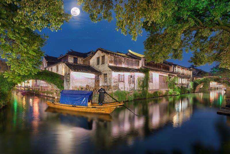 Den forntida watertownen Zhouzhuang i Kina med fullmånen royaltyfri fotografi