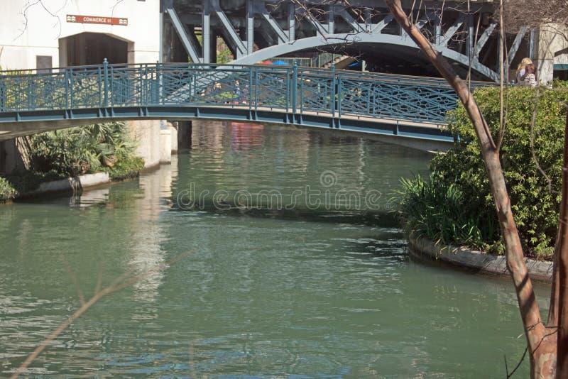 Den fot- bron över floden går fotografering för bildbyråer
