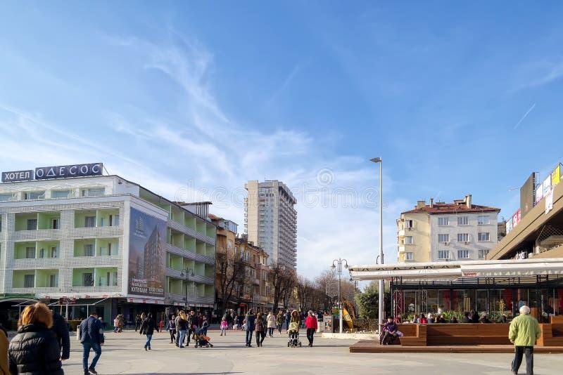Den fot- delen av boulevarden Slivnitsa på en solig vinterdag, det favorit- stället av medborgare och turister för att gå royaltyfria bilder