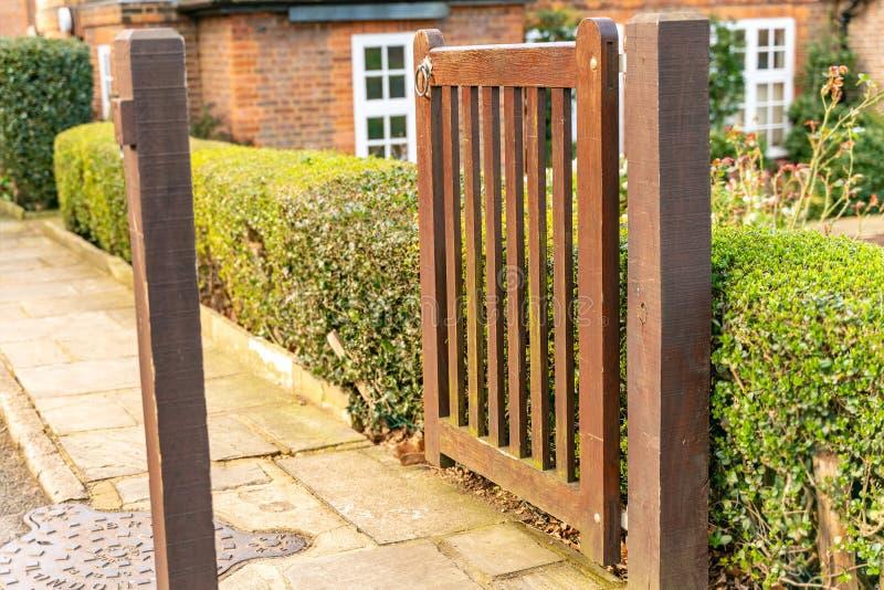 Den fot- porten för trädgård och yttersidan av ett typisk engelskt bostads- gammalt London radhus royaltyfri foto