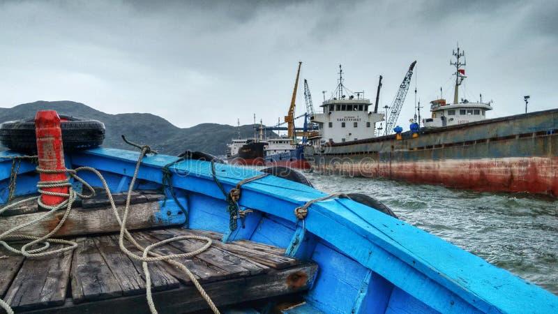 Den främre delen av en blå träfartygbortgång sänder royaltyfria bilder