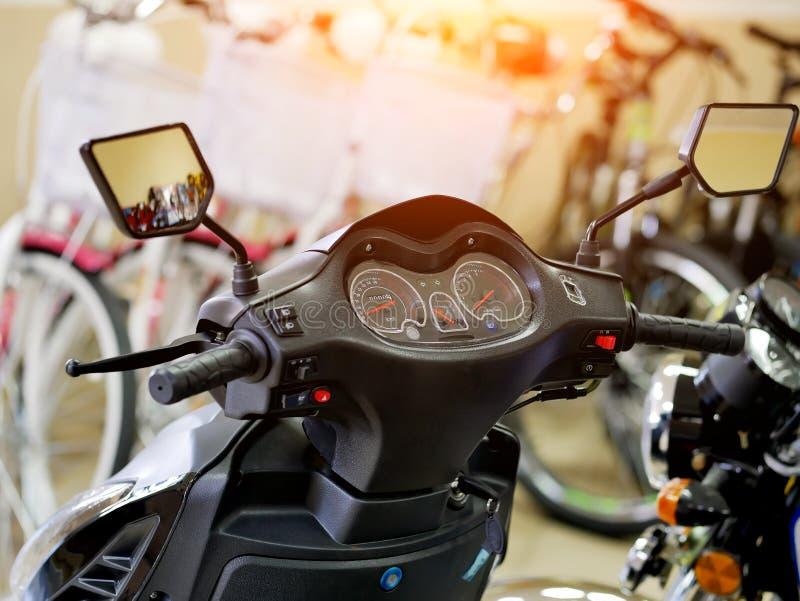 Den främre delen av sparkcykeln Cykellager instrumentbr arkivfoton