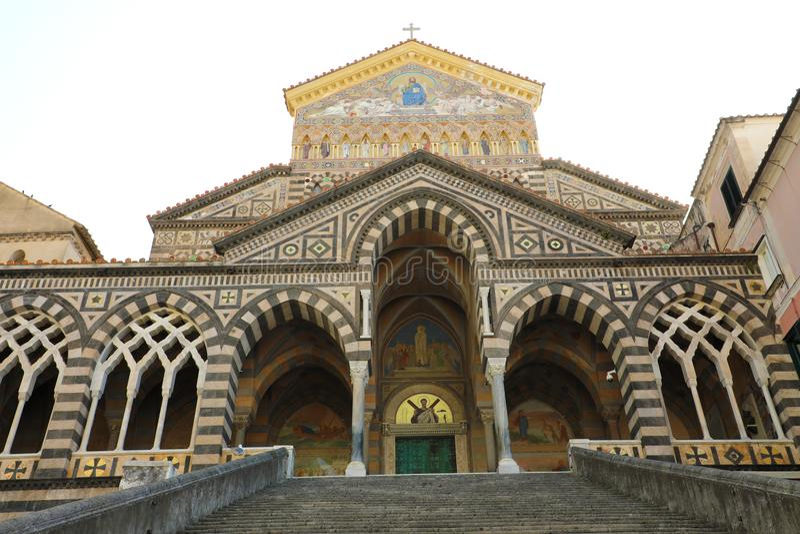 Den främre fasaden av den Amalfi domkyrkan som är hängiven till aposteln St Andrew, med randig marmor och stenen, Amalfi, sydliga royaltyfri bild