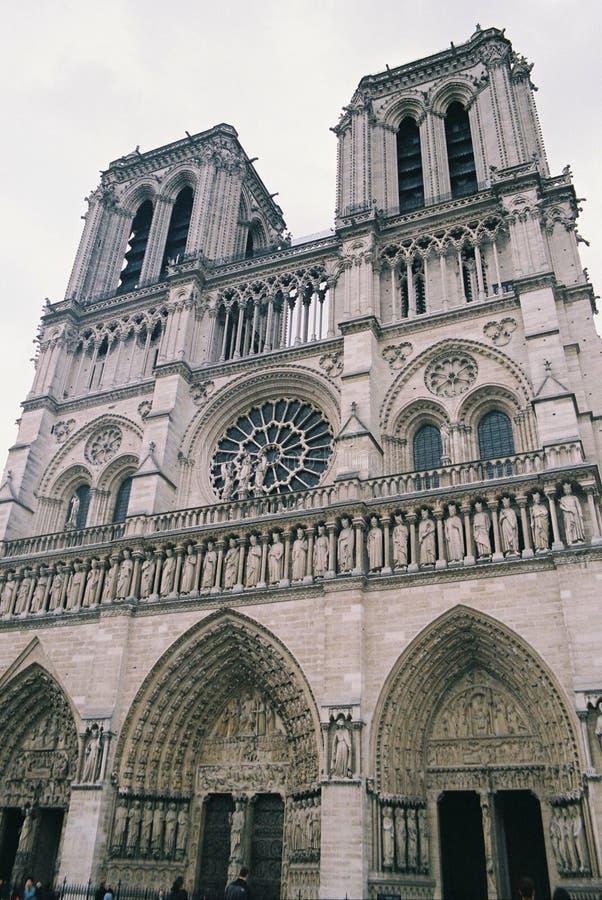 Den främre fasaden av Notren Dame Cathedral royaltyfri foto