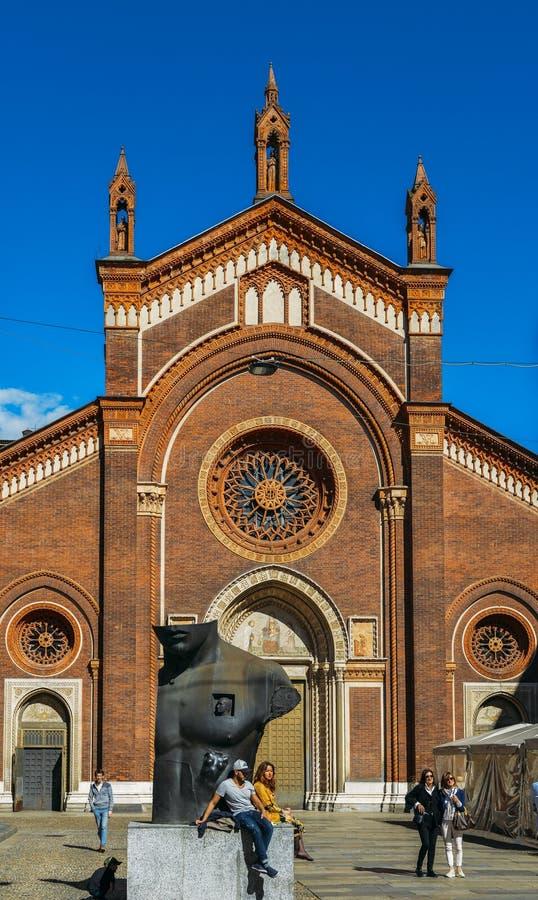 Den främre fasaden av Santa Maria del Carmine Church i den Brera neighbourhooden av Milan arkivfoto