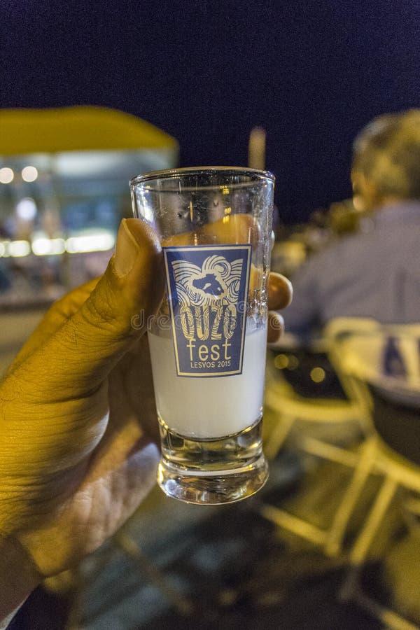Den främre närbilden sköt av ouzoexponeringsglas i festivalen i Kalloni på Lesvos royaltyfri fotografi
