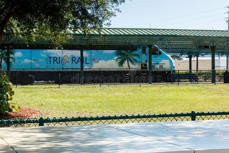 Den främre sikten av det blåa drevet för den Tri stången på plattformen på Mangonia parkerar stationen i West Palm Beach, royaltyfria bilder