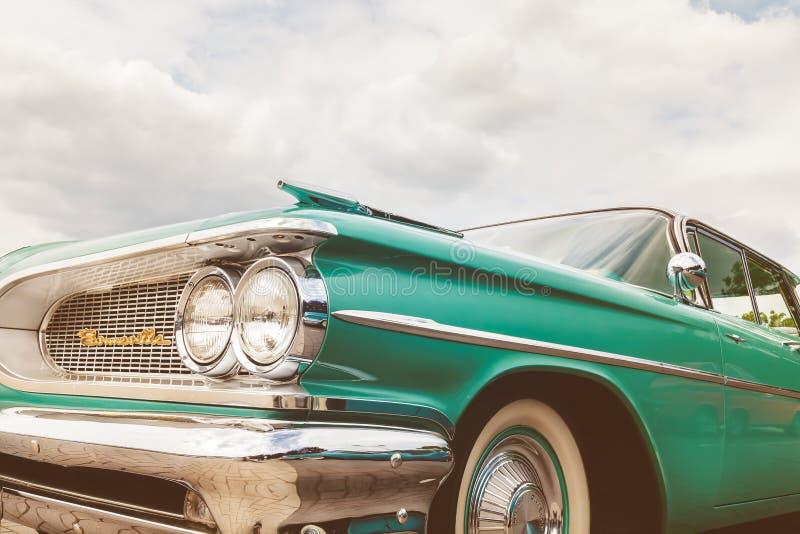 Den främre sikten av femtiotal gör grön den Pontiac Bonneville bilen royaltyfria bilder