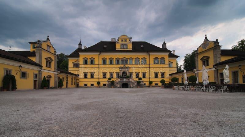 Den främre sikten av den Hellbrunn slotten Slotten är lokaliserad söder av Salzburg, Österrike arkivfoto