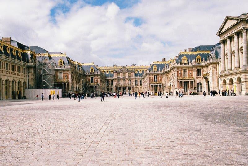 Den främre sikten av slotten av Versailles royaltyfri fotografi