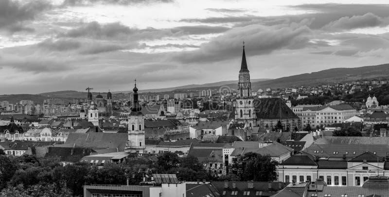 Den Franciscan kyrkan och Stet Michael & x27en; svartvitt foto för s-kyrka i Cluj-Napoca, Rumänien arkivfoton