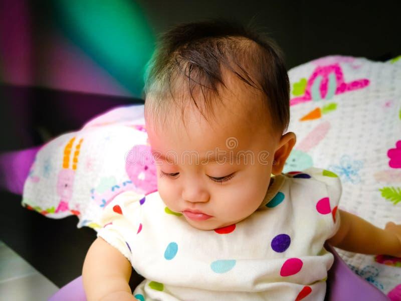 Den franka ståenden av en gullig och uttrycksfull asiat behandla som ett barn flickan Livsstil och barndombegrepp arkivbilder